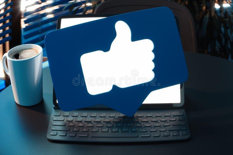 Daumen herauf blaue Symbole oder Ikone auf Laptop mit leerem Bildschirm Wiedergabe 3d lizenzfreies stockbild