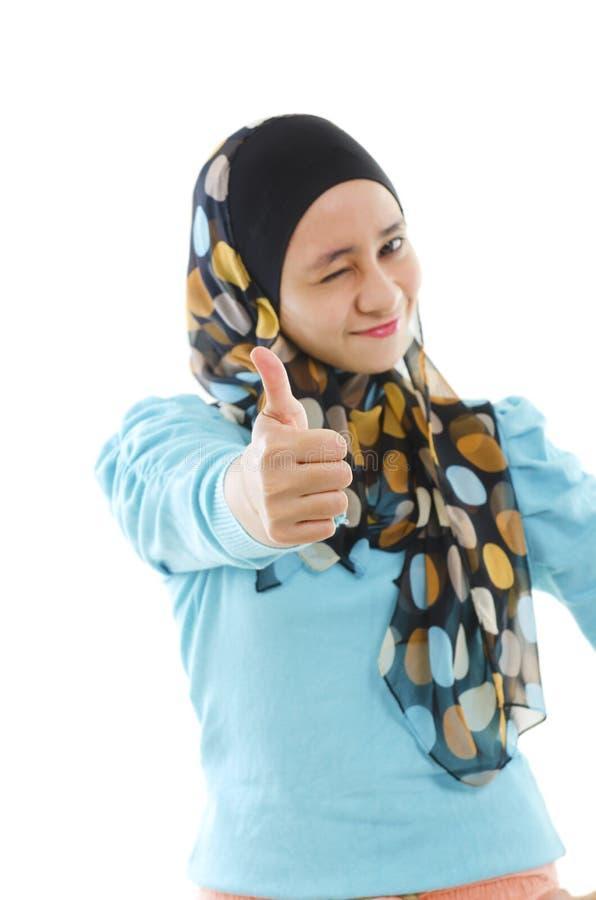 Daumen herauf moslemische Frau lizenzfreie stockfotografie