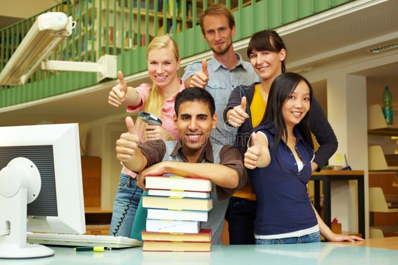 Daumen oben in der Bibliothek stockfotografie