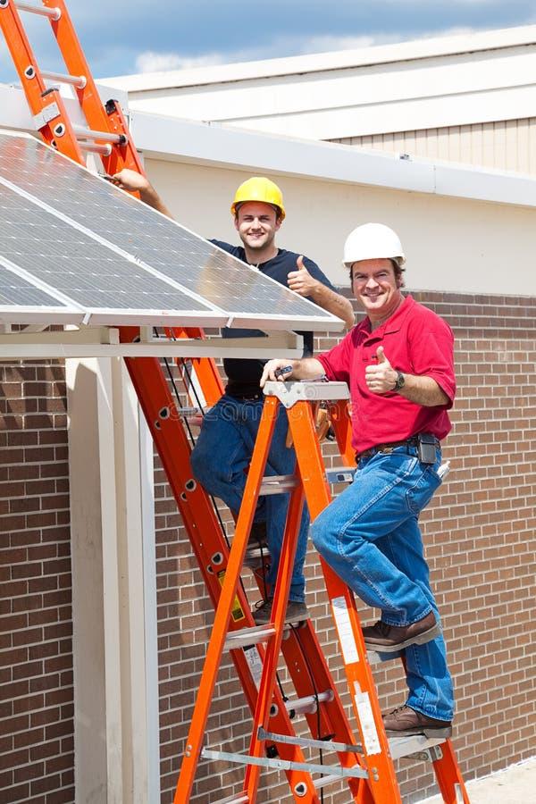 Daumen oben für Sonnenenergie stockbild