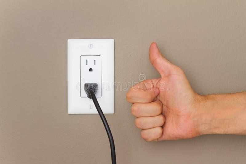 Daumen up und elektrische Leitung stockbild