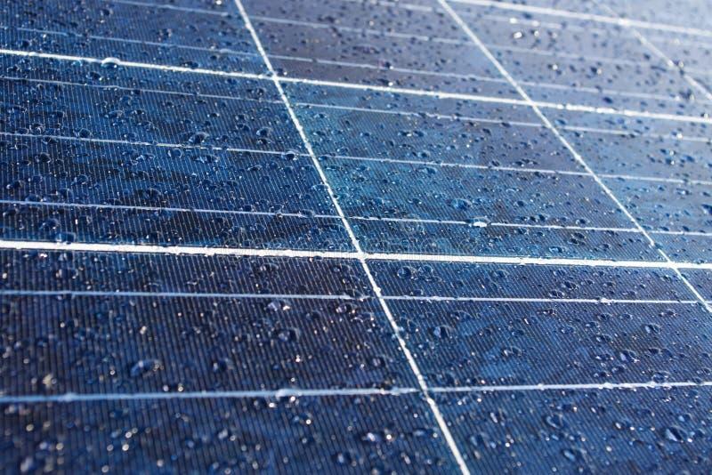 Dauw of regendalingen op zonnepaneel stock afbeeldingen