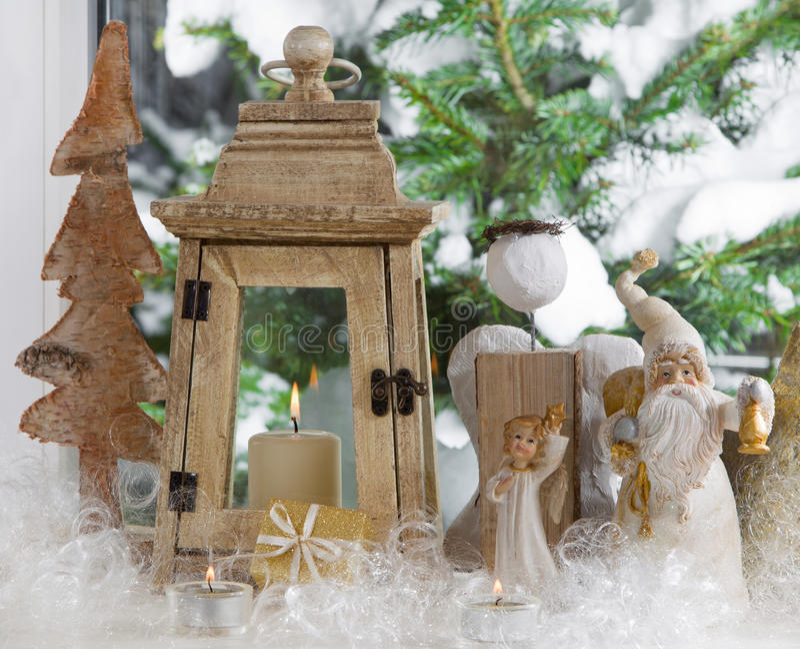 Davanzale della finestra decorato con gli angeli di Natale, la lanterna e un pino immagini stock