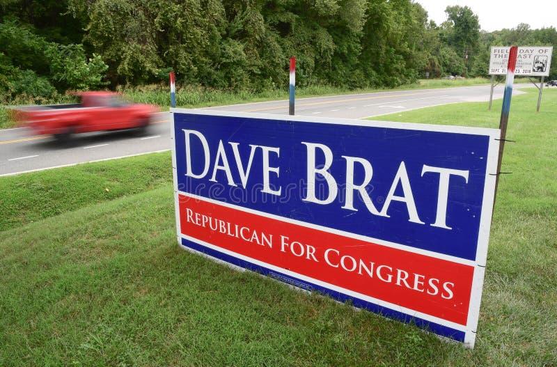 Dave Brat para o sinal do congresso em uma estrada rural de Virgínia fotos de stock royalty free