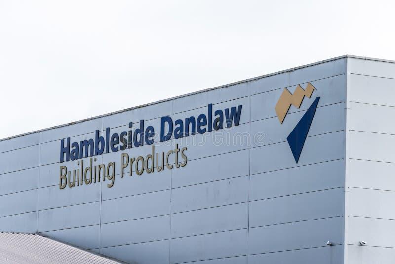 Daventry英国2018年3月13日:Hambleside Danelaw大厦产品在仓库墙壁上的商标标志天视图在3月 库存照片