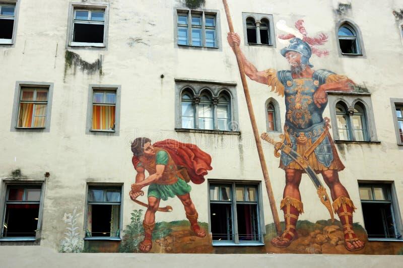 David en Kolos op de huismuur, Regensburg stock foto