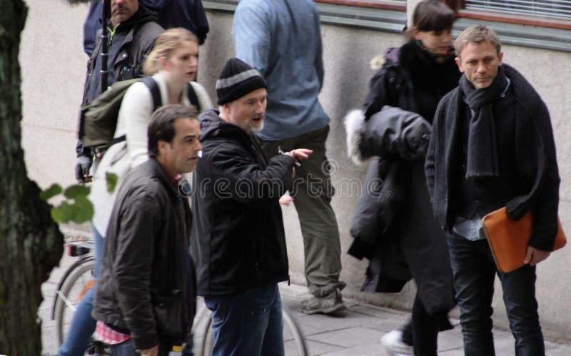 David Fincher donnant des instructions à Daniel Craig pendant le pelliculage de la fille avec le tatouage de dragon images libres de droits