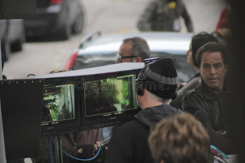 David Fincher que olha um monitor durante o película da menina com a tatuagem do dragão foto de stock royalty free