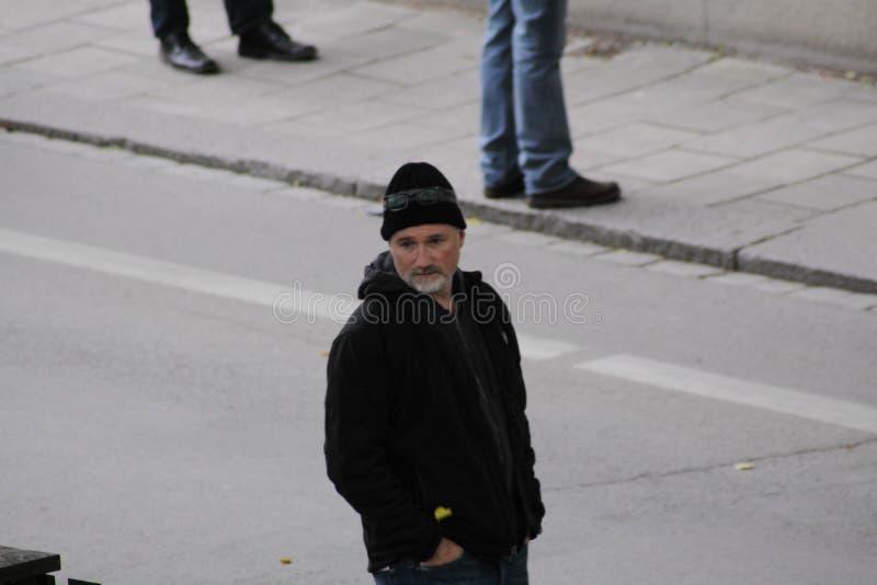 David Fincher que se coloca en una calle en Uppsala, Suecia foto de archivo