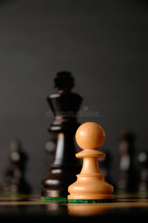 David gegen Goliath Goliath Chess Pieces lizenzfreies stockfoto