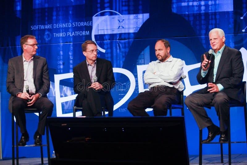 David Goulden, Pat Gelsinger, Paul Maritz und Joe Tucci (von links nach rechts verlaufend) kündigen Vereinigung an stockfotos