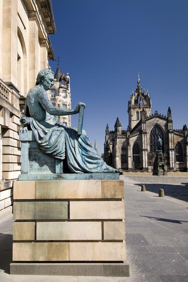 David Hume Statue met St. Giles Cathedral, Edinburgh, Schotland, het UK stock afbeelding