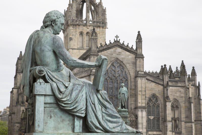 David Hume Statue par Stoddart avec St Giles Cathedral, mil royal image libre de droits