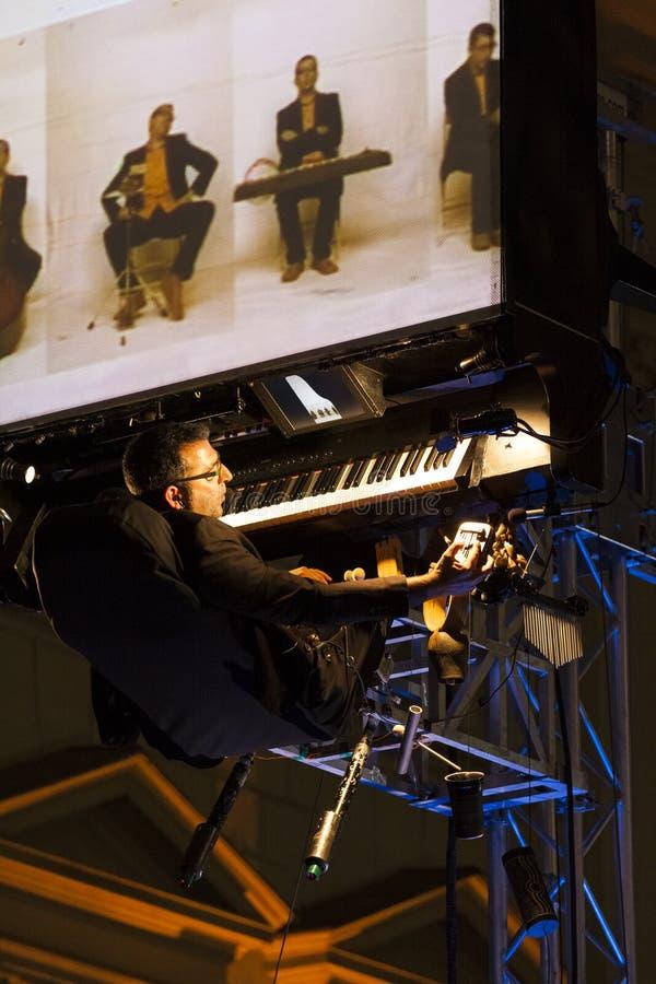 David Moreno, der seine Musikinstrumente spielt lizenzfreie stockfotos