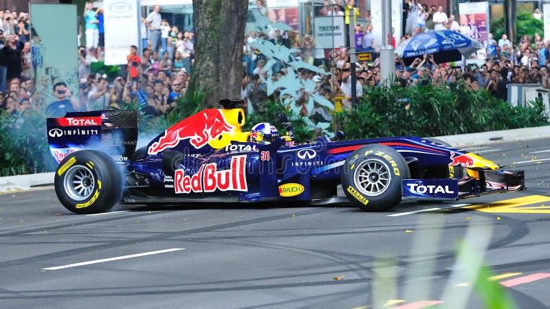 David que faz anéis de espuma em Red Bull que compete o carro F1 fotografia de stock royalty free