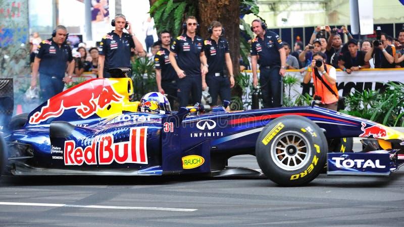 David que faz anéis de espuma em Red Bull que compete o carro F1 imagens de stock
