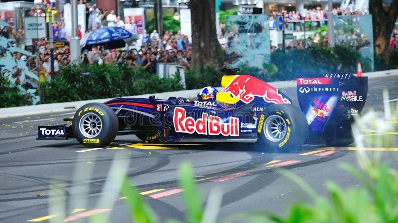 David que faz anéis de espuma em Red Bull que compete o carro F1 foto de stock