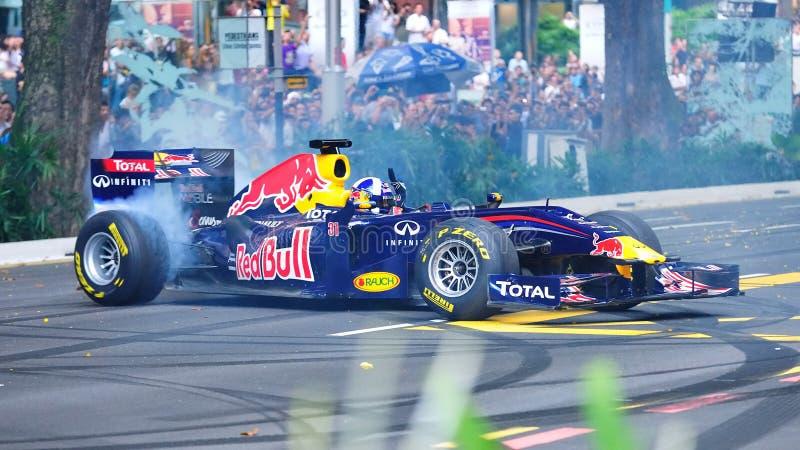 David que faz anéis de espuma em Red Bull que compete o carro F1 foto de stock royalty free