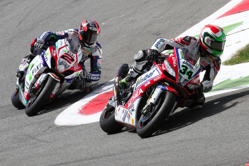 Davide Giugliano et Leon Camier dans le Superbike WSBK photos stock