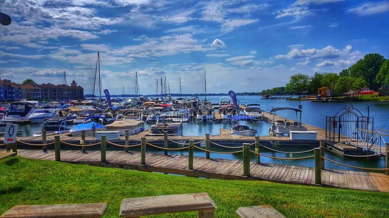 Davidson Marina på sjönormand i Davidson, NC på en härlig sommardag royaltyfri fotografi