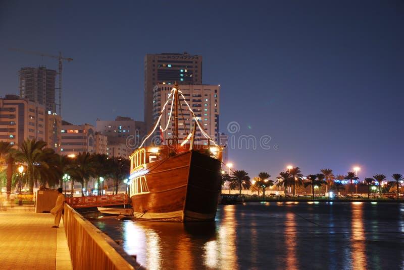 Daw Sharjah na noite imagem de stock royalty free