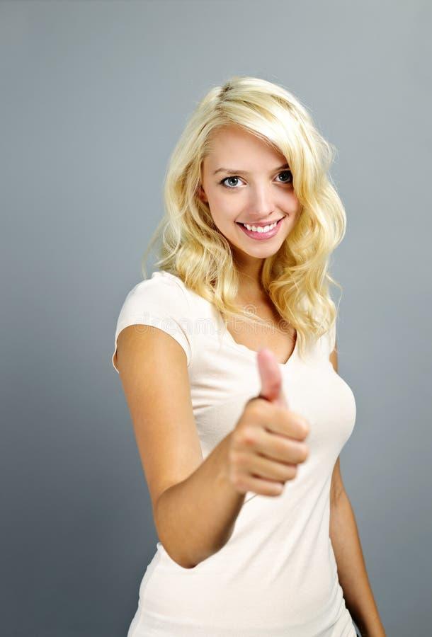 dawać aprobaty uśmiechniętej kobiety obraz royalty free