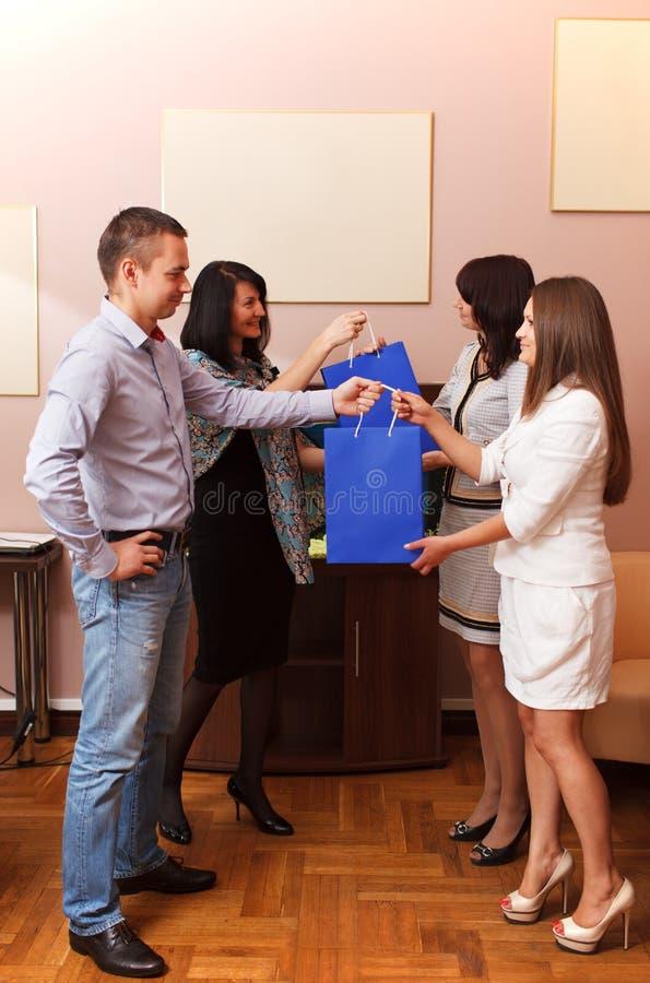 Dawać prezentom przy biurem obraz stock
