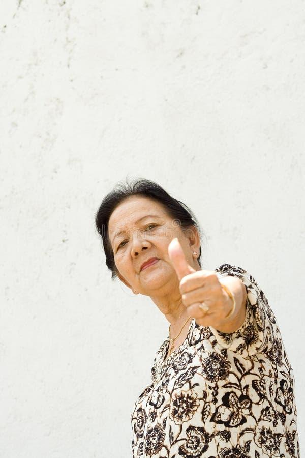 dawać w górę kobiety starszemu kciukowi zdjęcie royalty free