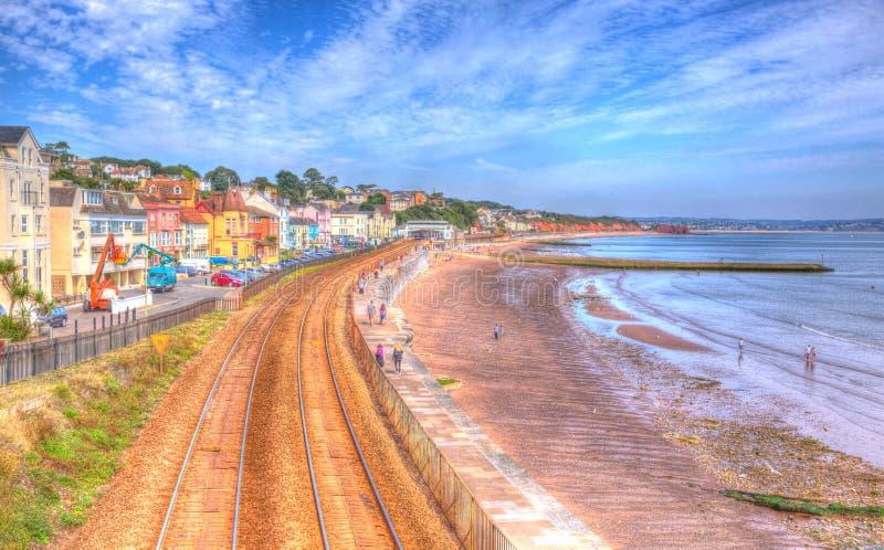 Dawlish Devon Anglia z plażowym kolejowym śladem i morzem na niebieskie niebo letnim dniu w HDR obrazy royalty free