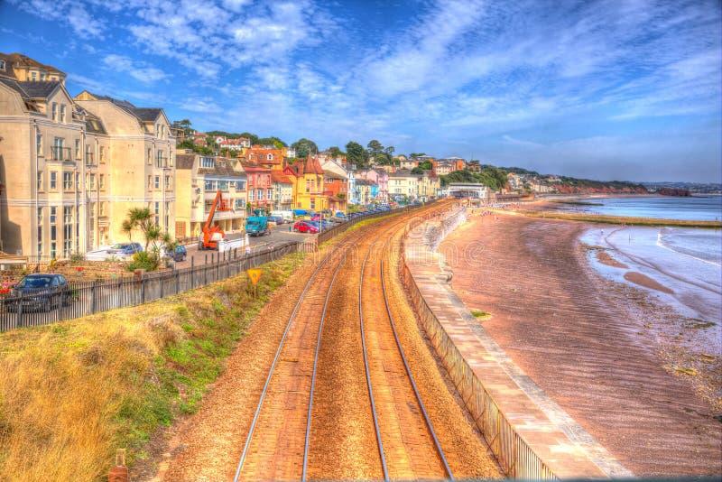 Dawlish Devon Anglia z plażowym kolejowym śladem i morzem na niebieskie niebo letnim dniu w HDR obrazy stock