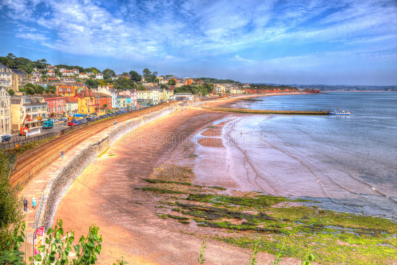 Dawlish Devon England con la pista ferroviaria y el mar de la playa el día de verano del cielo azul en HDR foto de archivo libre de regalías