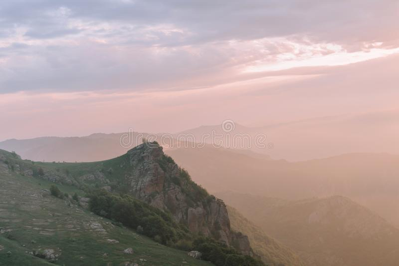 Dawn ή ηλιοβασίλεμα στα βουνά Η έννοια του ενεργού τουρισμού στοκ φωτογραφία