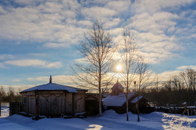 Dawn πέρα από ένα αγροτικό προαύλιο στοκ φωτογραφίες