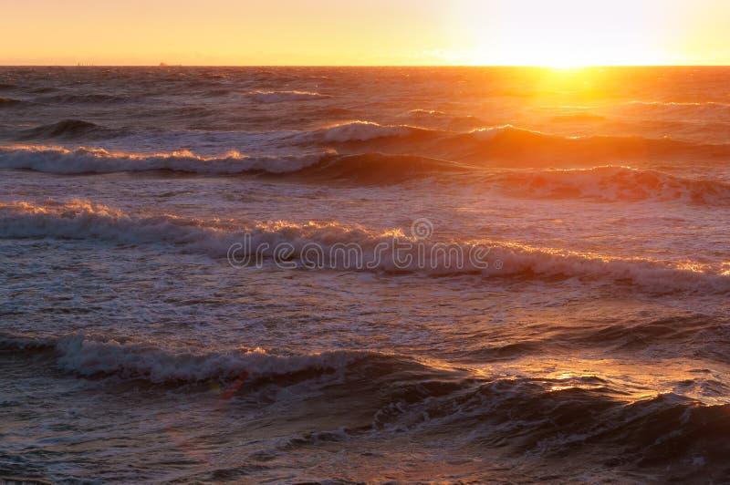 Dawn πέρα από τα κύματα θάλασσας της θάλασσας της Βαλτικής στοκ εικόνα με δικαίωμα ελεύθερης χρήσης