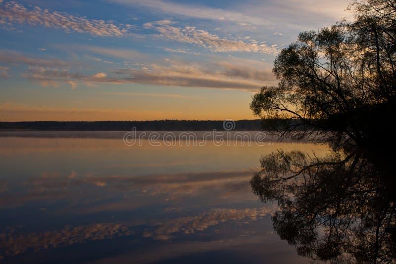 Dawn πέρα από την ήρεμη επιφάνεια νερού της λίμνης Μπλε ουρανός πρωινού, στοκ εικόνες με δικαίωμα ελεύθερης χρήσης