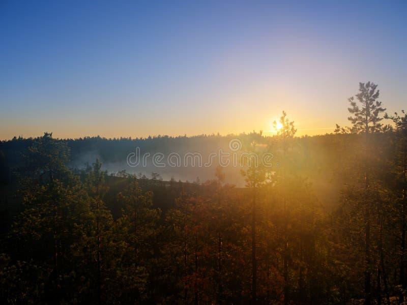 Dawn πέρα από τη λίμνη στοκ εικόνες