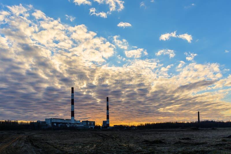Dawn πέρα από το σταθμό παραγωγής ηλεκτρικού ρεύματος στοκ φωτογραφίες με δικαίωμα ελεύθερης χρήσης