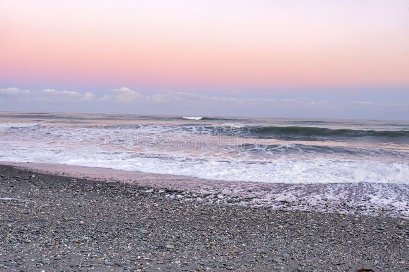 Dawn στην παραλία Okarito στοκ εικόνα
