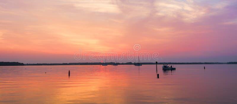 Dawn στον ποταμό μιλι'ων στοκ εικόνα με δικαίωμα ελεύθερης χρήσης