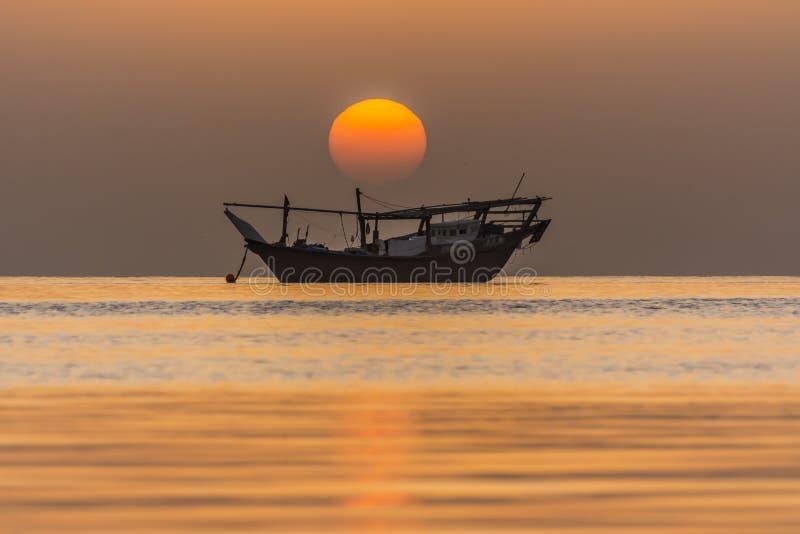 Dawn στο Μπαχρέιν με την παραδοσιακή βάρκα στοκ εικόνες
