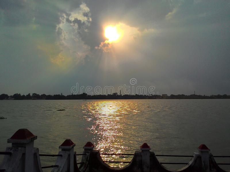 Dawn On The Bank Of hermosa el Ganges fotografía de archivo