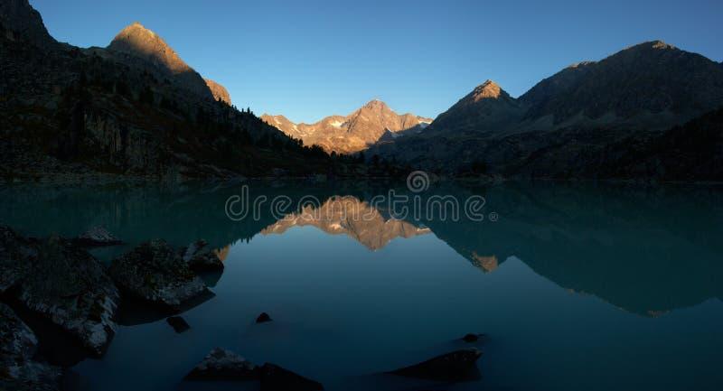 Dawn in bergen op meer stock afbeeldingen