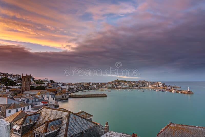 Dawn bij de mooie kuststad van St Ives royalty-vrije stock afbeelding