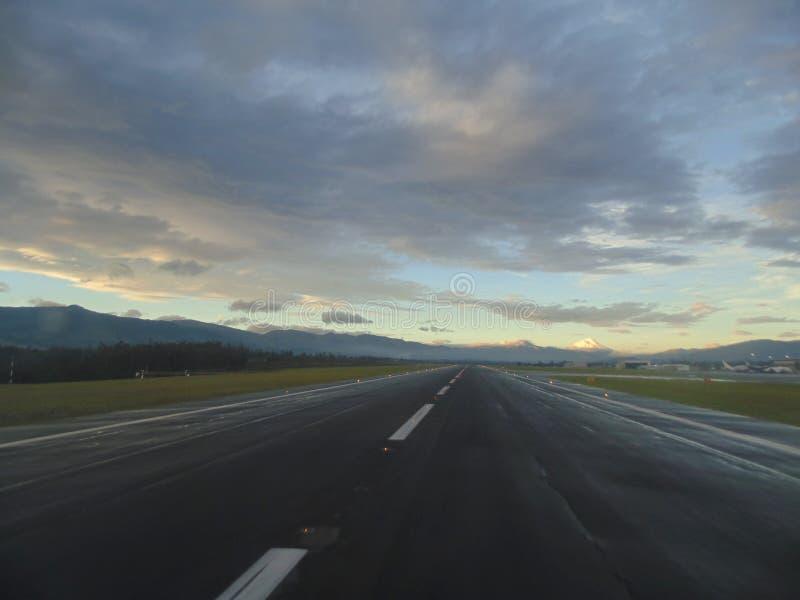 Dawn bij een luchthaven royalty-vrije stock afbeeldingen