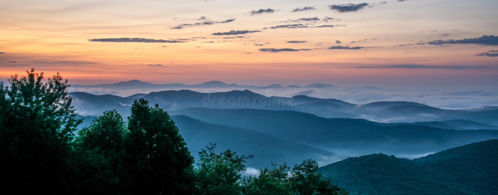 Dawn On The Blue Ridge-Allee im Westnorth carolina stockbilder