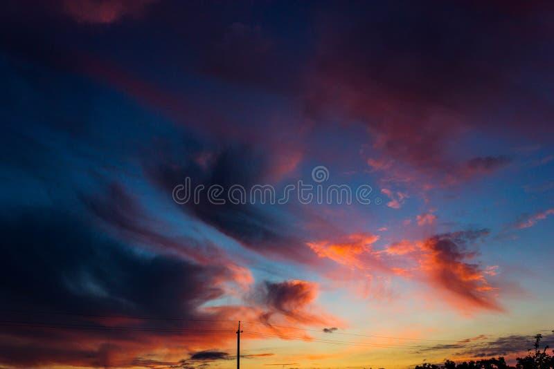 Dawn in de hemel met clounds stock foto's