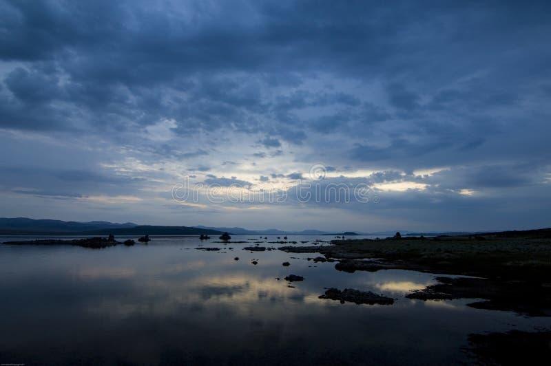 Dawn en de bezinning van de hemel gieten vroeg ochtendlicht bij Monomeer, Californië royalty-vrije stock afbeelding