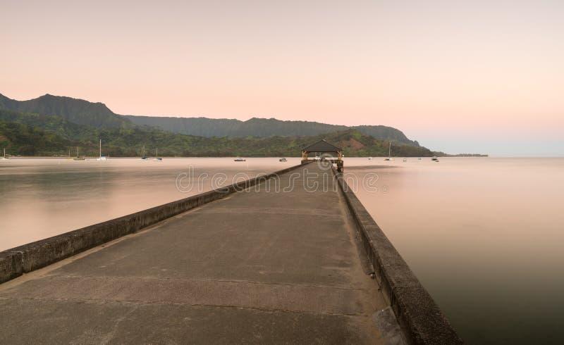 Dawn en zonsopgang bij de Baai en de Pijler van Hanalei op Kauai Hawaï stock foto