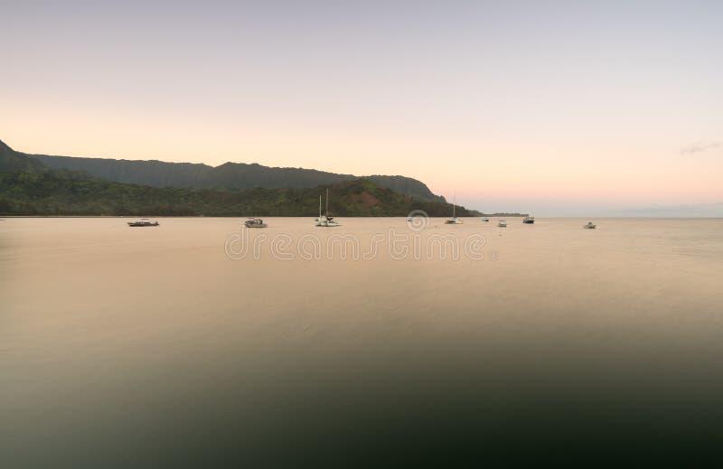 Dawn en zonsopgang bij Hanalei-Baai op Kauai Hawaï stock fotografie