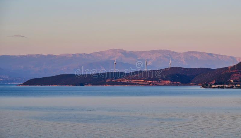 Dawn Gulf av det Corinth landskapet med stor vind maler, Grekland royaltyfria bilder